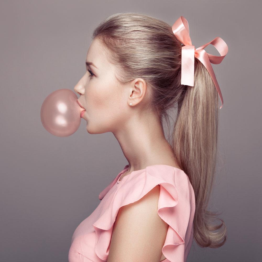 吹泡泡糖的女生头像